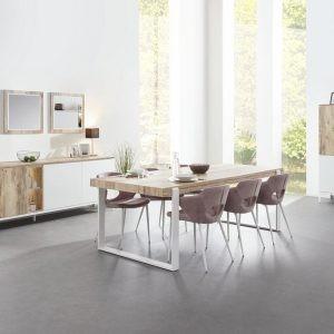 Salle à manger complète avec un dressoir, un meuble bar et une table avec des pieds métal blancs