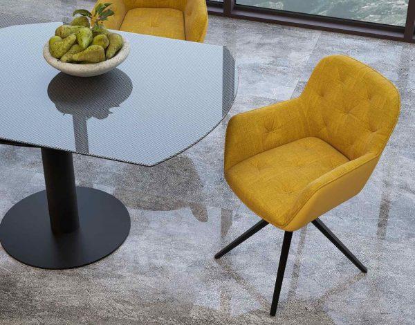 Chaise jaune avec assise pivotante
