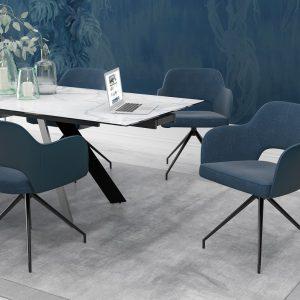 Chaise pivotante très confortable avec un tissu bleu et des accoudoirs confortables et pratiques