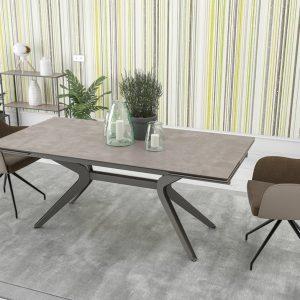 Table avec Plateau en céramique et pied acier. Jusqu'à 12 personnes