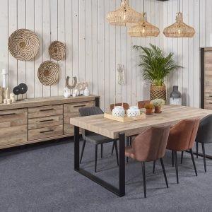 La salle à manger UDINE réalisée en décor bois avec des détails en noir mat