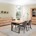 Salle à manger avec dressoir de 230 cm en décor chêne naturel, table et vitrine